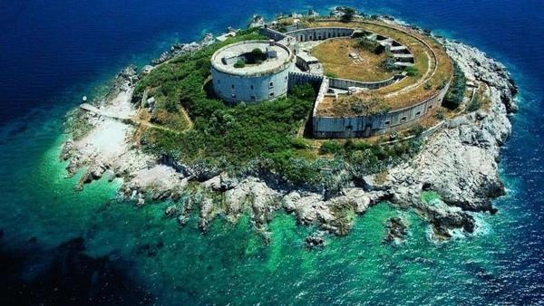 Resort yang dibangun dipulau angker